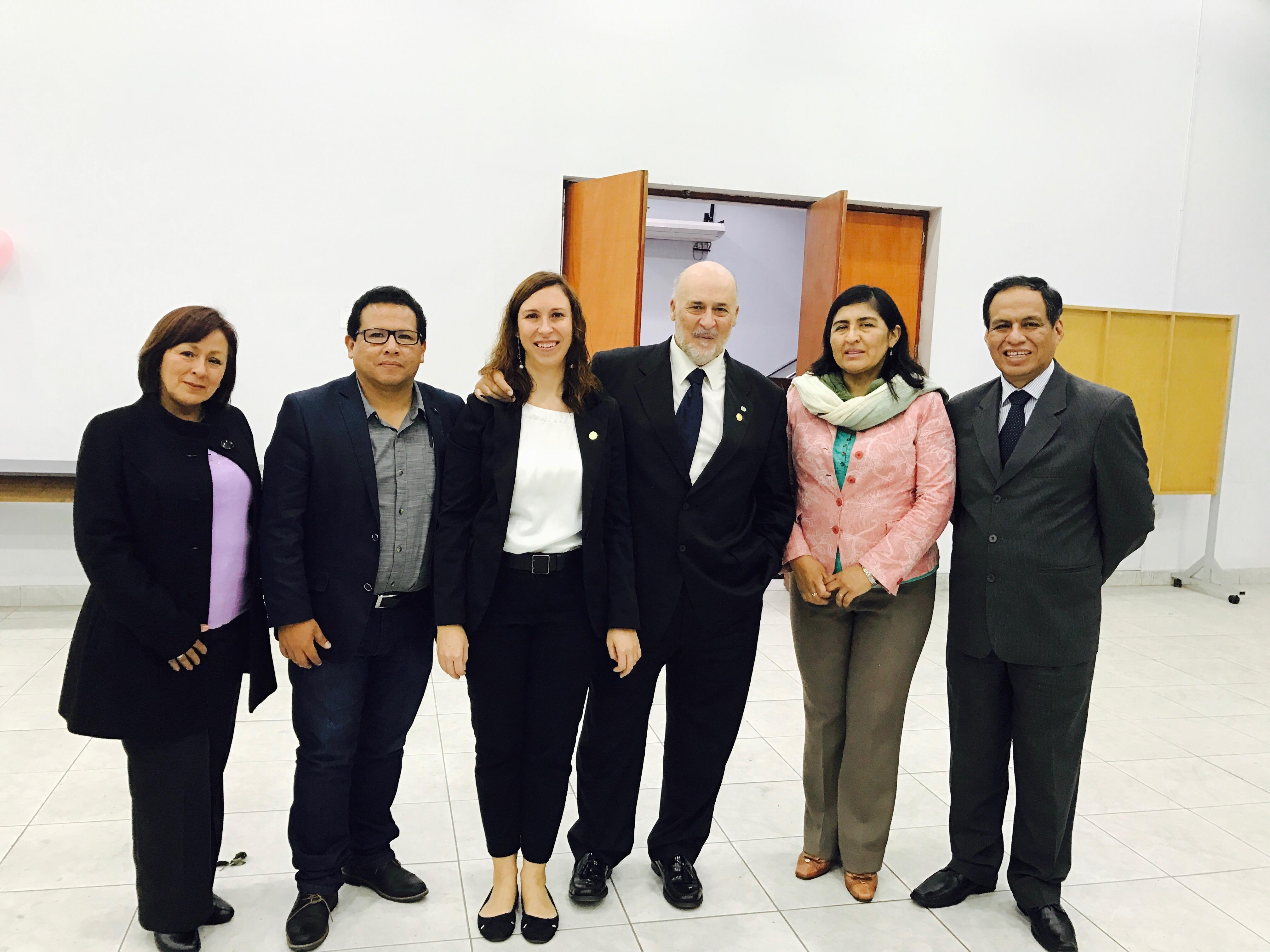 Los ponentes del simposio sobre derecho a la información en salud organizado por el Colegio Químico Farmacéutico del Perú, junto con el Dr. Bravo